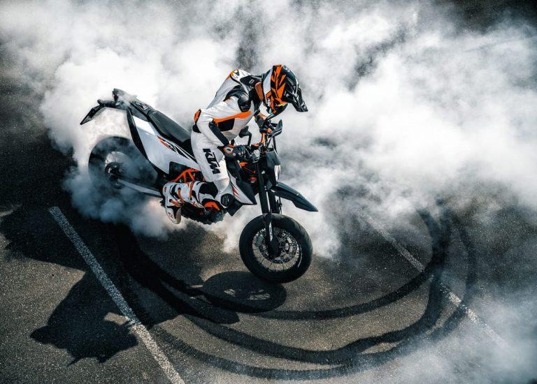 Pilote faisant des dérapages avec sa moto KTM Sports Tourer