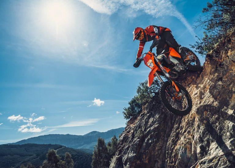 Pilote faisant du tout terrain avec sa moto KTM 350 EXC-F 2020